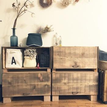 人気のりんご木箱。そのままドレッサーの台座に使ってもいいですが、扉を付けると中身も隠せて、インテリア性が増しますね。  取っ手や蝶番は、セリアのアンティークパーツを使用されています。