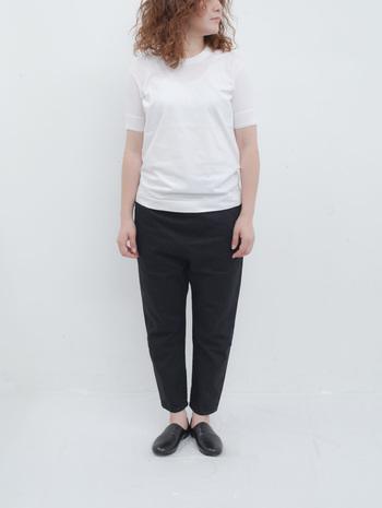 黒デニムはパンツやスカートだけでも様々なシルエットや丈のバリエーションが豊富です。さらに、ボトムスだけでなく、黒デニムのジャケットを使ったコーディネートも人気があります。