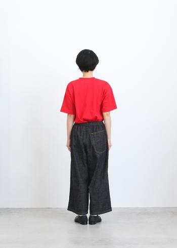 バックスタイルの大きなポケットもワンポイントとなっていて魅力的ですね。着るだけで個性が光るパンツです。ぜひビビッドカラーのトップスで合わせてみましょう。