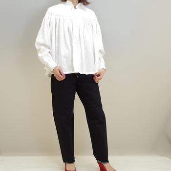 テーパードタイプは一本は持っておきたいアイテムです。特にホワイト系のトップスと合わせることで、シンプルで清潔感のある印象を与えます。切りっぱなしの裾がアクセントとなって、シンプルなスタイルの中にも個性を引き立てます。