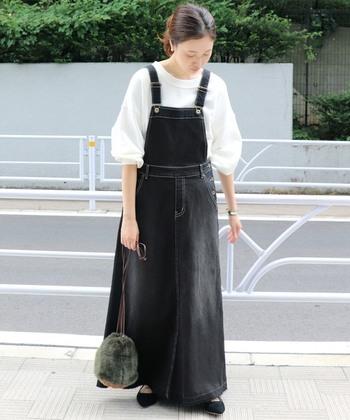品の良いロングジャンパースカートは、黒デニムでさらに大人の雰囲気をアップさせてくれます。体型が気になる方も気にせずにスッキリ着こなしが楽しめます。裾が切りっぱなしなところもアクセントになっていて素敵です。