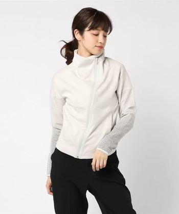 袖と背面が通気性に優れたメッシュの二層構造になっているので、暑い季節も涼やかに羽織れます。モトクロスのスタイルからインスパイアされたアシンメトリーなデザインは、スポーティーでありながらどこか女性らしい雰囲気。モノトーンでシックにまとめるのがおすすめです。