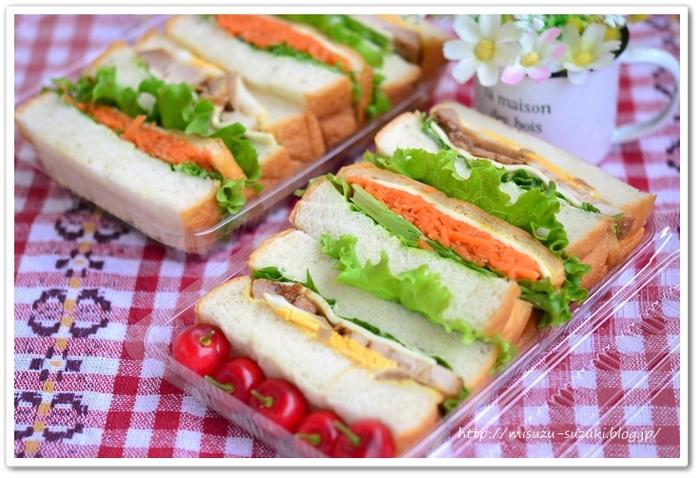 外の空気の中で食べるごはんは、なぜかとても美味しく感じられるものです。頑張って凝ったお弁当を作るのが大変なら、おにぎりやサンドイッチなど、簡単なものでじゅうぶん。公園でのピクニックなら、子どもも大喜びで食べてくれます。