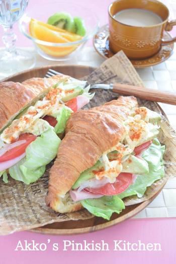 カフェメニューで出てきそうなとってもおしゃれなサンドイッチレシピです。ハムとアボカドのコンビネーションがポイント。トマトやレタスなどの野菜もたっぷり入っています。大きめのクロワッサンを選ぶと良いのだそう♪
