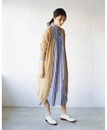 一枚のワンピースとしても着られて、ボタンなどを外すことで羽織り風にも着こなせる前開きワンピース。2wayで着回せる優秀アイテムを、おすすめカラー別にご紹介します。