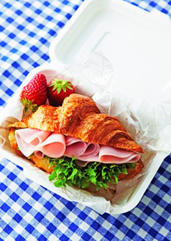 ハムをメインに食べたいときには、こちらのサンドイッチがおすすめ。クロワッサン1個につき4枚のハムを使っています。バターではなく、クリームチーズと粒マスタードを塗るところも特徴。苺などのフルーツと一緒に盛り付けるテクもぜひ真似してみたいですね♪