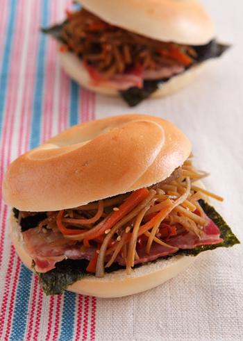 ご飯用のおかずもサンドイッチに活躍します!こちらは、きんぴらごぼうとベーグルの相性を楽しめるサンドイッチレシピです。きんぴらごぼうと海苔の和風素材、ベーコンとマヨネーズの洋風素材がミックスされた絶妙な味わいをお試しください♪