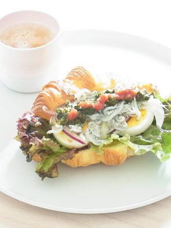 卵を挟んだサンドイッチでは、スライスしたゆで卵を挟む方法もありますよ。こちらは釜揚げしらすとの相性が楽しめる一品。バジルペーストやトマトソースなど、ソースにもこだわって仕上げています。じっくり味わって召し上がれ♪