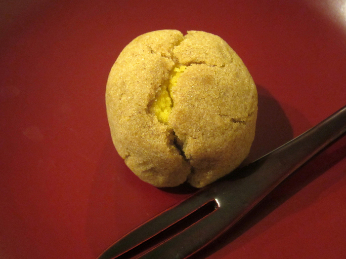 """『おとし文』は、いわゆる""""黄身しぐれ""""。""""黄身しぐれ""""とは、黄身入りの餡でこし餡を包み、蒸し上げた和菓子。蒸し上がった時に出来る""""ひび割れ""""を""""時雨""""に見立てて名付けています。"""