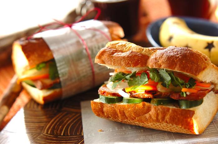 こちらはちょっぴり変わり種、ベトナム風のサンドイッチです。トースターで軽く焼いたバケットにはピーナッツオイルを塗って。ナンプラーや赤唐辛子などで風味豊かに味付けした野菜と焼き豚、パクチーなどを挟んだらできあがりです。