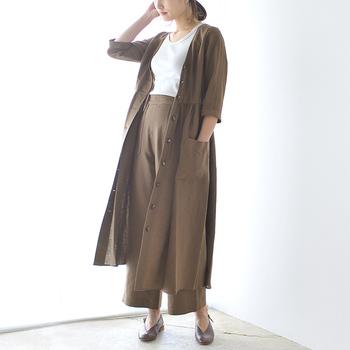 まるでドレスのような、美しいシルエットが特徴のガウンワンピース。大人っぽく着こなせるブラウンは、同カラーのパンツと合わせてセットアップ風にコーディネートしても素敵ですね。
