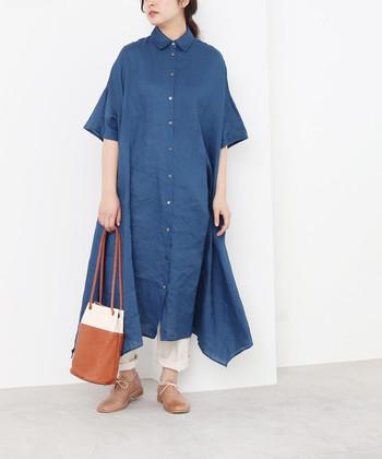 リネン素材で、ナチュラルに着こなせる青の前開きワンピース。裾の丈感はランダムになっているので、着るだけでおしゃれ上級者のスタイリングが叶います。