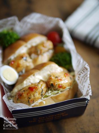 こちらは白身魚揚げをアレンジしたレシピ。サンドイッチには、冷蔵庫にある市販の食材も活躍してくれます。スイートチリソースを白身魚揚げに絡めるのがポイント。最後にキャベツとタルタルソースを一緒に挟めばできあがりです。メリハリのある味わいで、お弁当にもぴったり♪