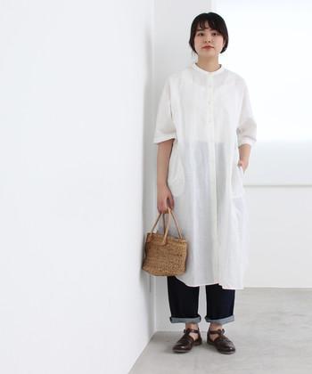 リネン素材で透け感を楽しめる、白の前開きワンピース。ノーカラーデザインなので、ワンピースとしても羽織としてもシンプルに着こなせます。あえてワンピースに重ねても、素敵なスタイリングに。