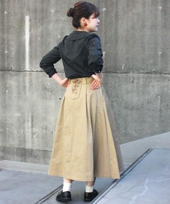 バックスタイルのウエスト部分に、レースアップを施したベージュのフレアースカートです。前から見るとカジュアルなチノ素材ですが、さりげない女子感を秘めているのがポイント♪