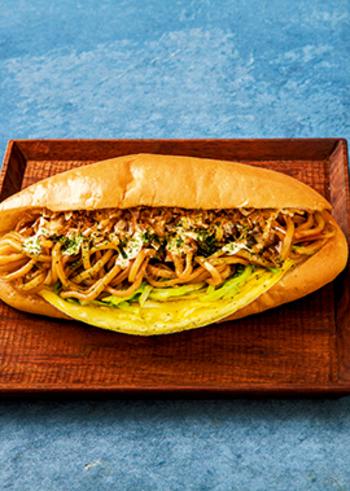 コッペパンといえば、焼きそばパンなどもメジャーですね。こちらは広島焼き風のサンドイッチ。炒めたキャベツや薄焼き卵と一緒に中華麺を挟んだら、お好みソース、マヨネーズ、削りがつお、青海苔の定番アイテムで仕上げましょう♪