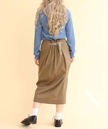 カットソー素材のカジュアルなタイトスカートは、バックにベルテッドデザインを施してちょっぴり辛口な印象に。カーキのシックなカラーなので、メンズライクなコーデにもぴったりです。
