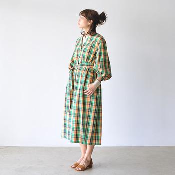 イエローとグリーンが印象的な、マドラスチェック柄のワンピース。明るく軽やかなデザインなら、一枚でサラリと着こなしても素敵です。