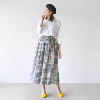 モノトーンのチェック柄スカートは、重くならないよう白トップスを合わせて爽やかに。足元にイエローのパンプスをプラスするだけで、春らしさがグッとアップしますね♪