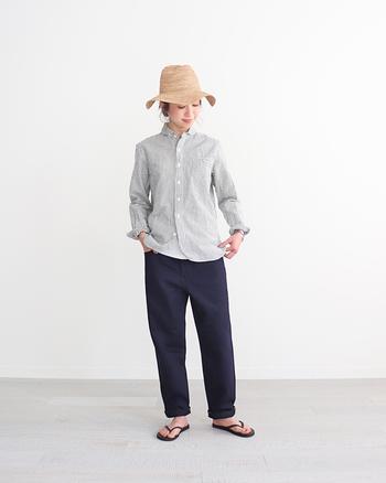 ボーイズライクなスタイルを狙うなら、襟付きのシャツと合わせてみましょう。麦わら帽子で女性らしさを加えてスタイルアップしましょう。シャツの袖やパンツの裾を折るのもポイントです。