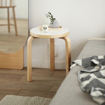 シンプルな木製のスツールは、ベットサイドに置いてミニテーブルとしても活用できます。加湿器や寝る前に一口飲みたいドリンクなど、あると便利なミニテーブルの代用に。