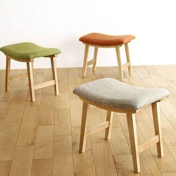 ゆるやかなカーブと、カラフルな座面が特徴のスツール。座った時のフィット感が特徴で、長く座っていると疲れそうというスツールのイメージを大きく変えてくれるアイテムです