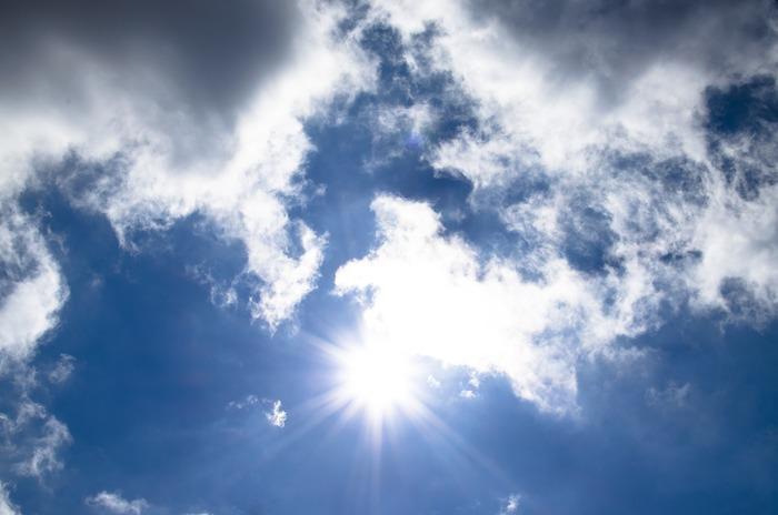 まず一つ目の原因として考えられるのが「代謝不良」。加齢や春、夏に蓄積した紫外線ダメージによって、肌のターンオーバーが停滞。その結果、古い角質が肌に残り、透明感がなくなってしまうそうです。
