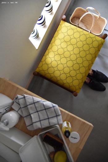 革が傷んでしまった椅子は、気に入った柄の生地に張替えてみましょう。北欧のヴィンテージのスツールにミナペルホネンのタンバリン柄がよく合っています。