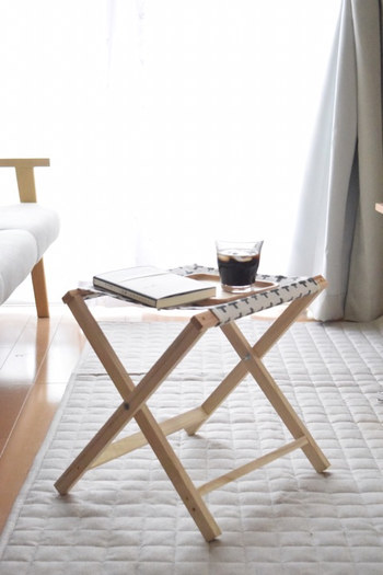 100均の角材とランチョンマットを使って、サイドテーブルにもなる折り畳み椅子を。総額700円未満とは思えない仕上がりですね。