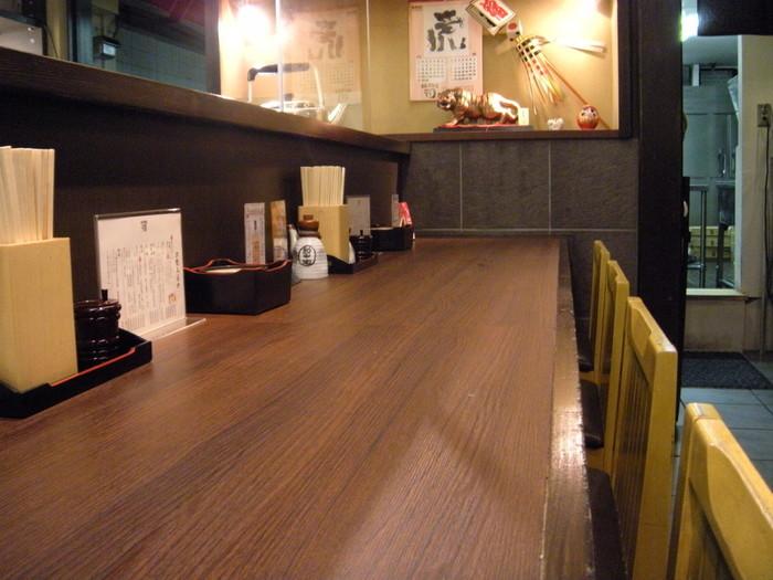 国分町の本店のオープンは2006年と、仙台の有名牛タン店の中では比較的新しく、さらに2010年には東口店、虎横店と相次いでオープンさせ、2013年にはロサンゼルス店もオープンするほどの人気ぶり。原点である本店は、カウンターと小さなテーブルを合わせて20席ほど。昔ながらの仙台牛タン店の素朴な雰囲気を堪能できます。