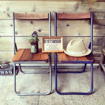 使い古されてボロボロになっていたパイプ椅子も、背面と座面を張替えすれば、カフェ風インテリアにマッチするアイテムに。古い椅子はフリーマーケットやネットオークション等でリーズナブルに手にいれられますよ。