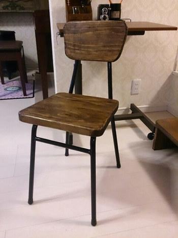 こちらもネットオークションで入手した古い椅子の背面と座面を杉材に張替えたもの。カッターで大胆に面取りしてできたいびつなラインに味があります。