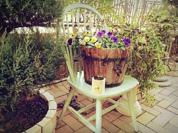 古ぼけた木の椅子も、ペンキを塗るだけでかわいく生まれ変わります。元々剥げたところをそのまま活かすと、ナチュラルな風合いに。