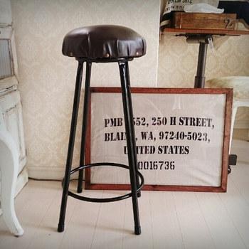 本革は扱いが難しくても、フェイクレザーなら布感覚でOK。椅子鋲も打てばクラシカルで高級感のある雰囲気に。