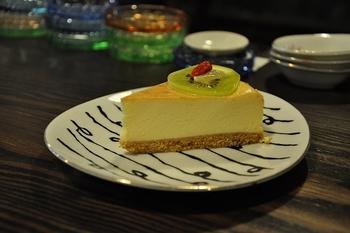 メニューはとてもシンプルで、特にチーズケーキはこっくりとした深い味で、深煎りのコーヒーと相性がぴったりです。