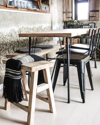 ペイントするだけでも古い椅子を見違えさせることができるDIY。のこぎりや釘を使わないDIYなら初心者でもトライしやすいはず。 耐荷重や安全性にも気を付けつつ、ぜひお気に入りの一脚をDIYしてみてくださいね。