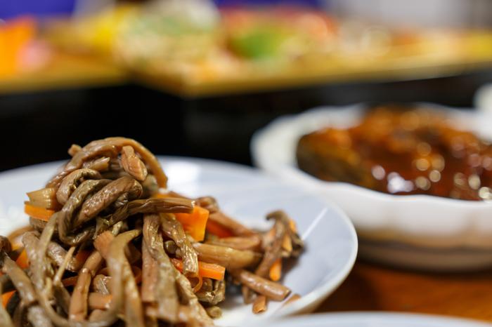 煮物やナムルといった副菜だけでなく、汁物やメインとしても活躍してくれるぜんまい。水煮を使えば手軽に春の味覚を取り入れられるのも魅力です。料理好きの方は、ぜひ乾燥ぜんまいで豊かな風味を味わってくださいね。