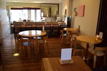 お店の一階ではケーキの製造と販売を行っています。二階へ上がると落ち着いた雰囲気のカフェに。カウンター席もあるので、一人でも気軽に入りやすいです。