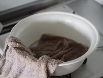 次に、温まった桶の湯にタオルを半分だけ入れ浸します。
