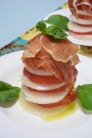 酢タマネギとトマトを重ねて作る簡単だけどおもてなしにもぴったりなボリュームサラダ。大きさが同じくらいのタマネギとトマトを使うと見た目が綺麗に仕上がります。