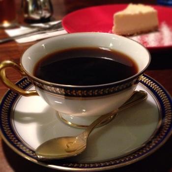 焙煎直後にバターを染みこませた名物「バターコーヒー」は、口当たりまろやかで深みのある味わいです。