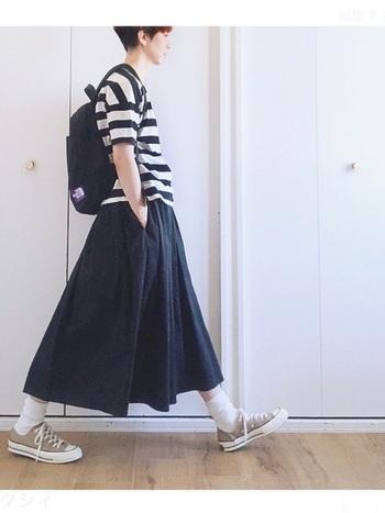 ブラックのフレアスカートに太めのボーダーを合わせたコーデは、どこか少年ぽさを残すとこなれて見せることができます。小さめのリュックを背負ってアクティブに。