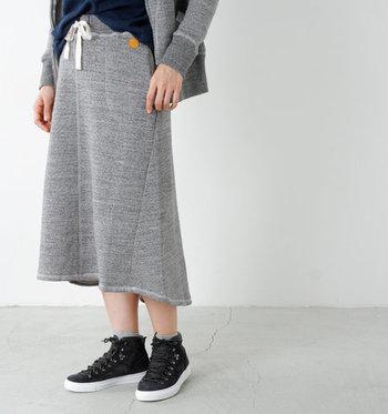 こちらは注目のスウェットのフレアスカート。しっかりとした素材ですがグレーを選べば重たくなることもありません。
