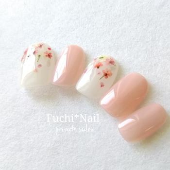 シンプルでベーシックなネイルに淡いピンクの押し花がのせられています。清楚な爪先なので、結婚式や入学式などお祝いの席にもよく似合うデザインです。