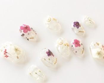生き生きとしたお花が押し花になって、指先をゴージャスに彩ってくれます。クリアタイプならナチュラルさも◎