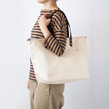 キャンバス地のトートバッグも、ハンドル部分にレザーを使用しているものを選べば通勤時に大活躍しそう。内側のポケットにはスマートフォンや交通系のICカードも入れておけるので便利です。