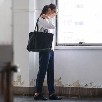 中の仕切りを動かすという新しい発想のトートバッグ。撥水加工がされているので、雨でも大丈夫です。長めの持ち手で肩かけしやすい仕様となっています。