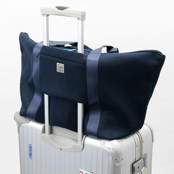 キャリーケースの持ち手に差し込むことができるトラベルバッグはいかがでしょうか。トートバッグ自体も軽いのがうれしいですね!
