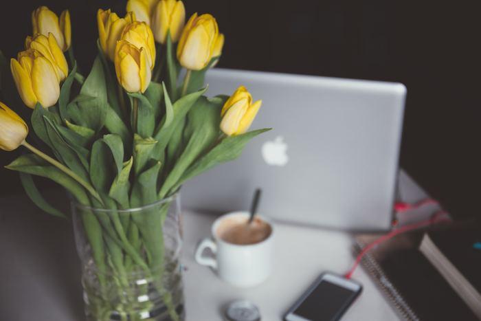 いつもの花器にたくさんのチューリップを。いつものスタイルでも、葉のボリューム感を変えるだけで全然違った印象を楽しめるはず。