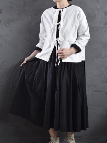 嬉しい2way使用のブラウスは、リボン部分を前にしてカーディガンとしても着てみましょう。黒いギャザースカートの可愛さを引き立てます。